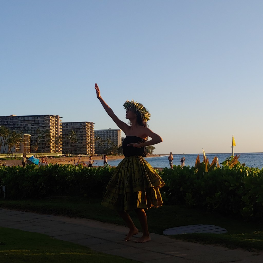 Happy-Hour-Cliff-Dive-Bar-Sheraton-Maui-Hula-Sunset-Ceremony-in-Hawaii