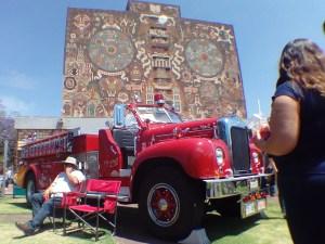 Camión antiguo de bomberos durante la exposición de autos antiguos 2017 en la UNAM, fondo Biblioteca Central