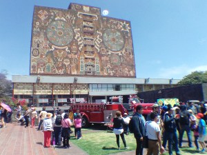 Exposición de autos antiguos 2017 en la UNAM, fondo Biblioteca Central