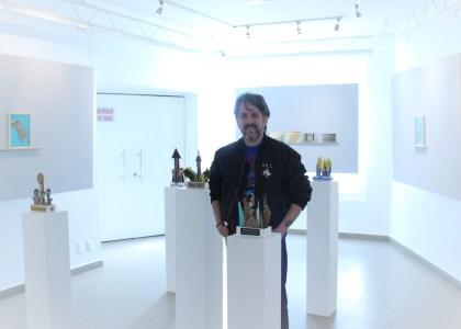 """Alê Souto en medio de su obra en la exposición """"Hacia Arriba""""."""