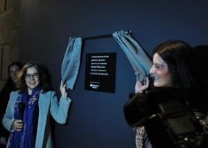 Sara Baz, directora del MUNAL (izquierda) y Alicia Valcarce, directora de la Fundación Iberdrola México (derecha) durante la develación de la placa en agradecimiento a Fundación Iberdrola.