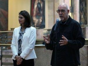 """Natalie Gama Pourdanay y Santiago Espinosa de los Monteros, curadores de la exposición """"Francisco Icaza. Me quiero ir al mar""""."""