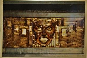 Mascarón dorado. París, Francia, 1933 de Casa Edgar Brandt. Fotografía de Lake Verea, impresión lightJet, año 2019, colección Lake Verea, exposición «Uno a uno/Bellas Artes. Lake Verea».