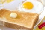 食パンはすぐに食べないなら冷凍した方が美味しい! 袋ごと冷凍もアリ?