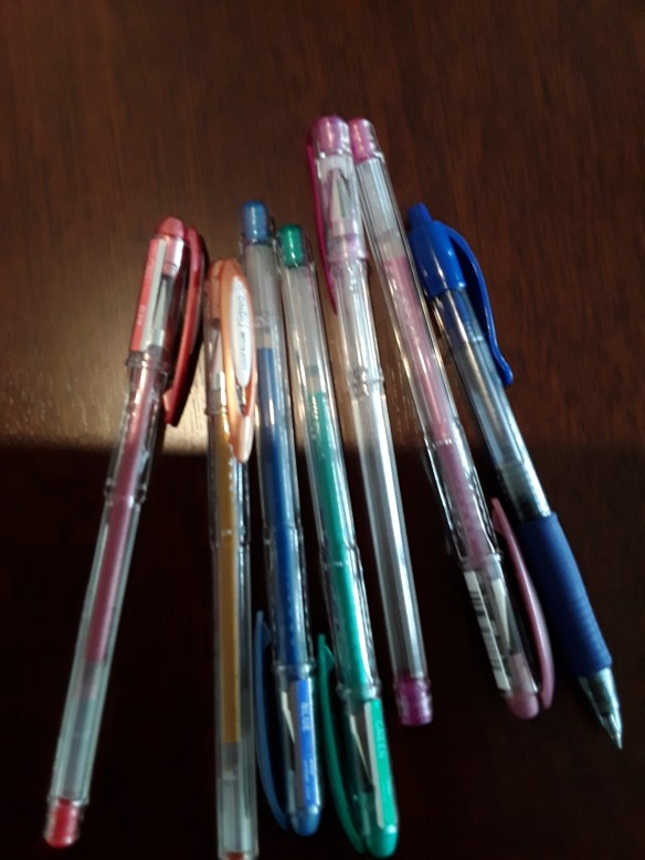 https://maureenhelen.com/wp-content/uploads/2018/11/Handful-of-gel-pens.jpg