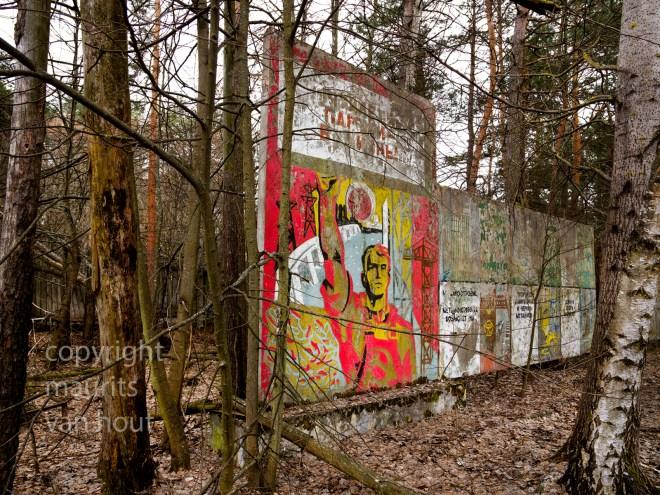 oekraine, Tjernobyl 2, tussen de bossen bij de Duga installatie zijn nog allerlei restanten te vinden van de glorieuze Sovjet tijd.