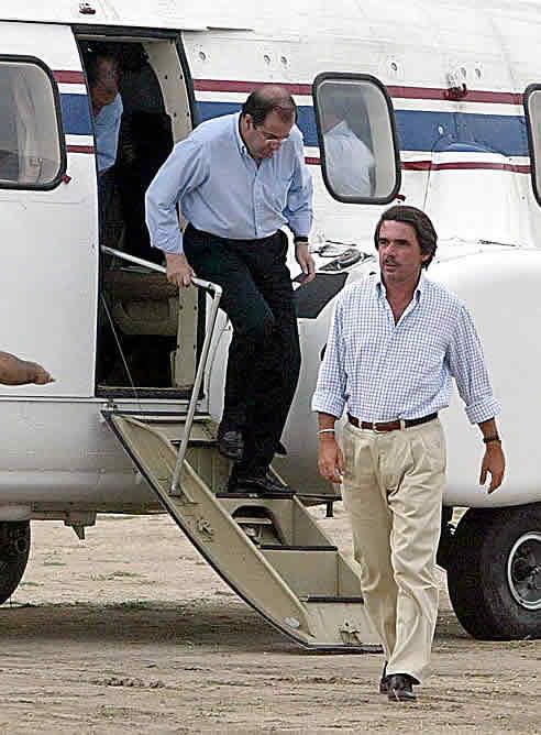 Aznar-baja-helicoptero-traslado-mitin-PP-Quintanilla-Onesimo-Valladolid