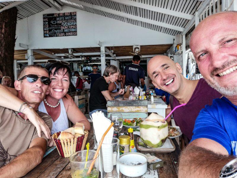 Christophe, Instant Lydie, Bernie et Eric au restaurant de plage la Baobab a Lamai Beach, Koh Samui.
