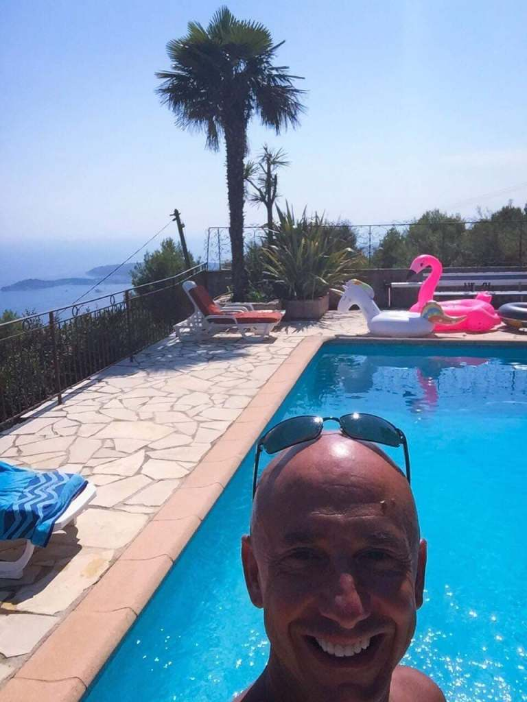 Bernie a la piscine a Eze Village. Burn-out et nouvelle vie.