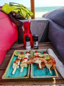 Brochettes de poulet et crevettes sur la plage de Lamai Beach, La Bohemia