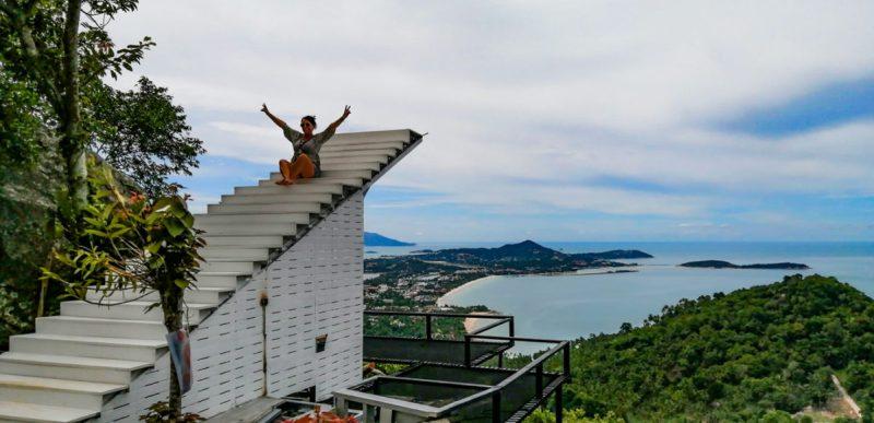Instant Lydie sur les escaliers du Heart Shape Mountain Seaview à Koh Samui.