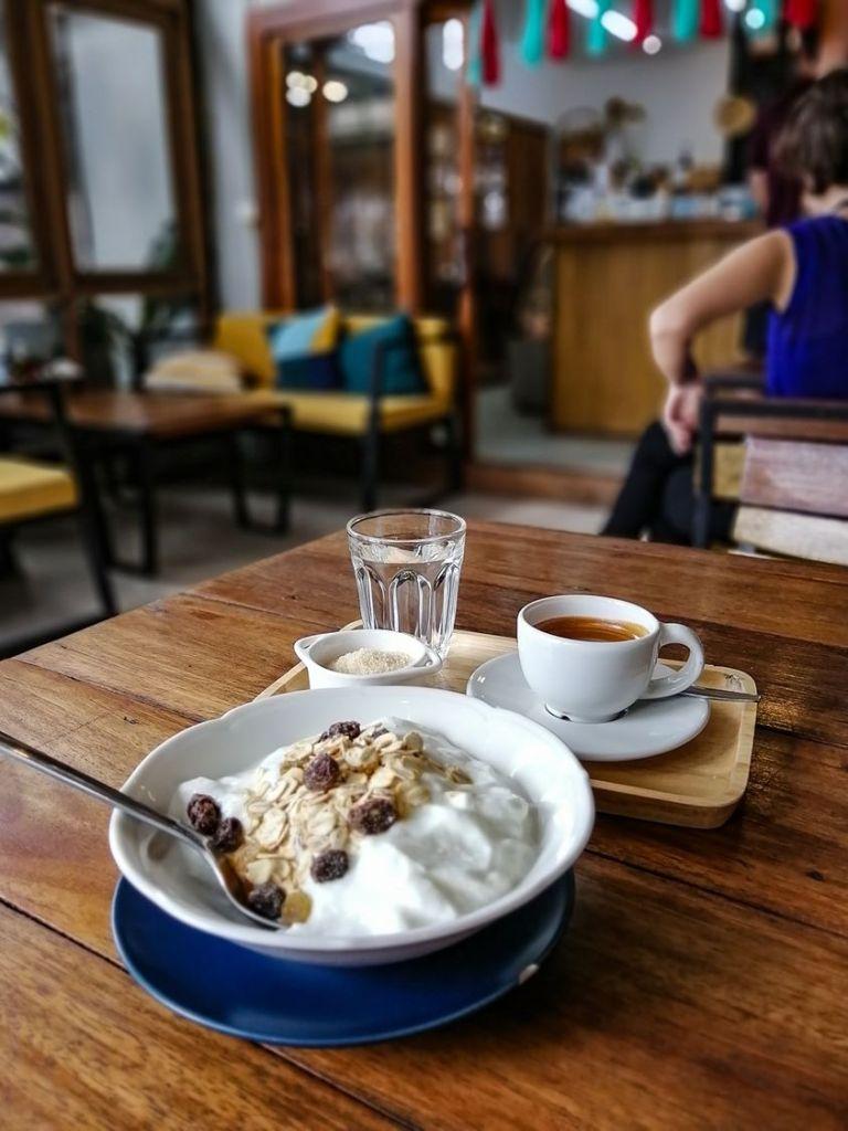 Petit Dejeuner avec Muesli et café chaud