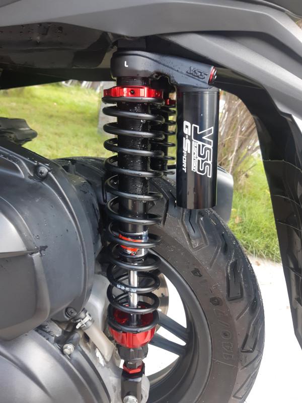 Montage d'amortisseurs YSS G-Sport Black Serie (réglages en précontrainte et en détente) sur Honda Forza 2018.