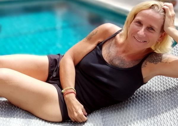 Corinne devant sa piscine à Koh Samui après une opération de Chirurgie esthétique.