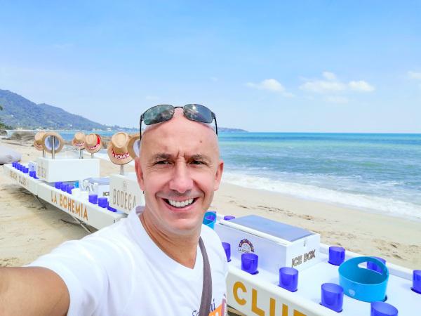 Bernie sur Lamai Beach avec le bar flottant le plus grand de Thaïlande.