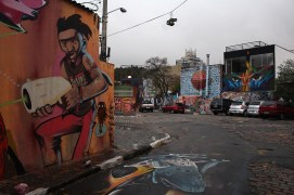 Beco do Batman. Espacio tradicional de graffiti en Vila Madalena, São Paulo. En primer plano un trabajo de Speto.