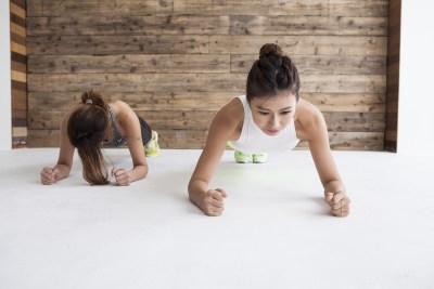体幹トレーニングをする女性たち
