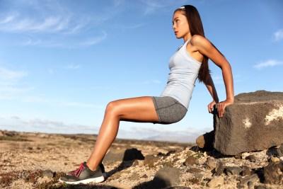 自重トレーニング ディップスをする女性