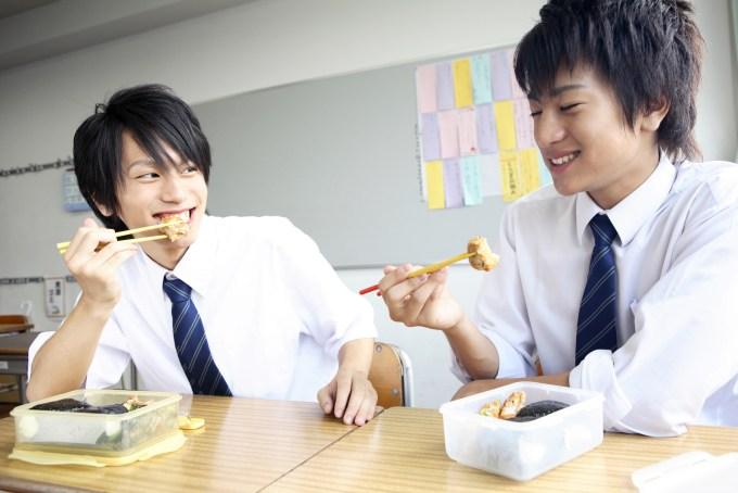 お弁当を食べる男子高校生