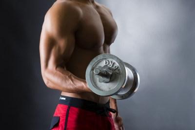 筋トレに励む男性 バンプアップのイメージ