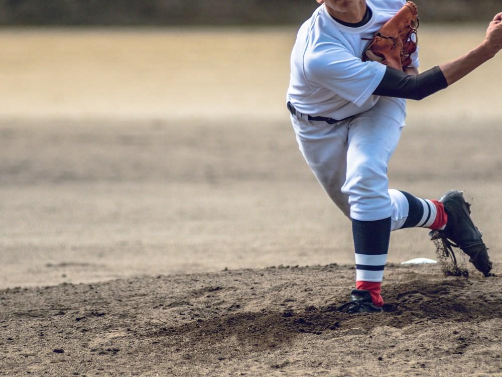 高校野球試合風景 投げる投手