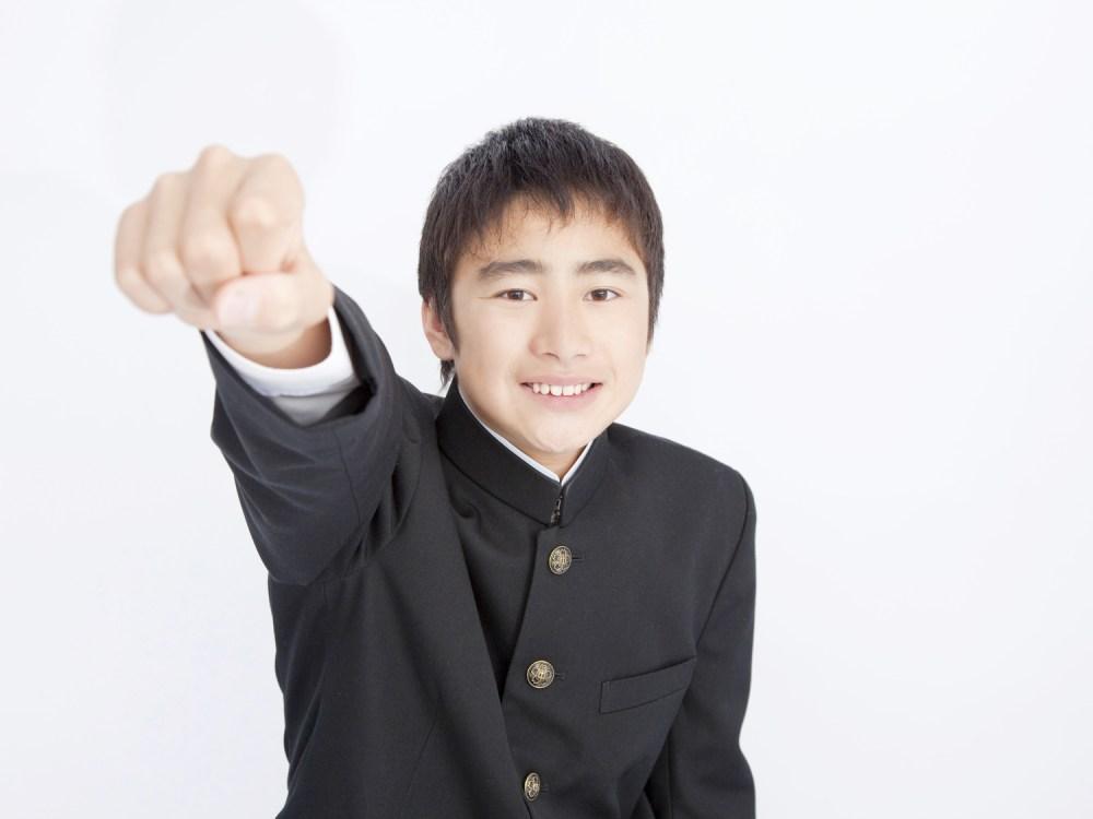 ガッツポーズの中学生男子