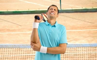 テニスで肘を痛めた男性(テニス肘)