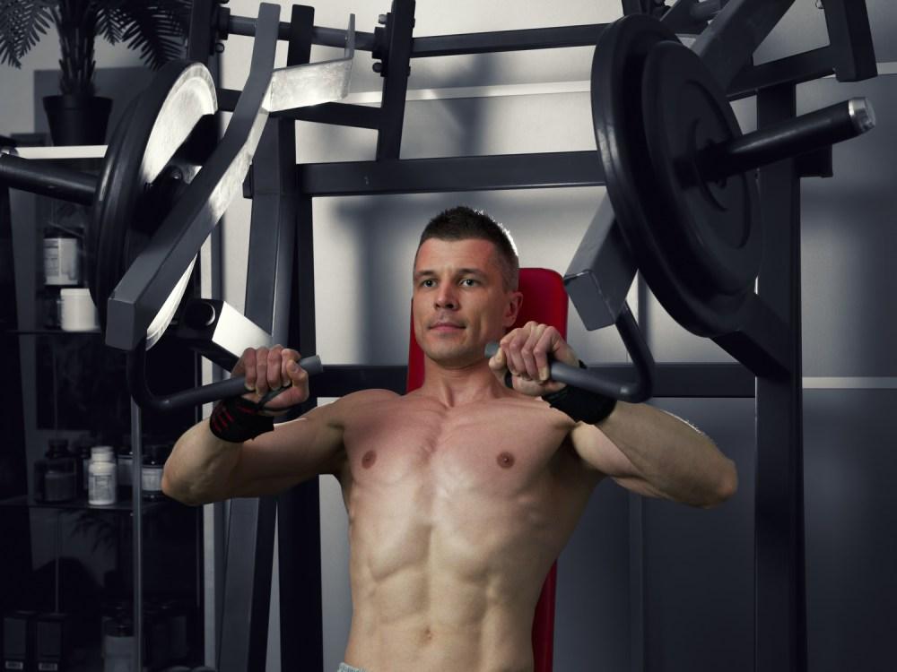 ハンマーストレングスマシンで大胸筋を鍛える男性