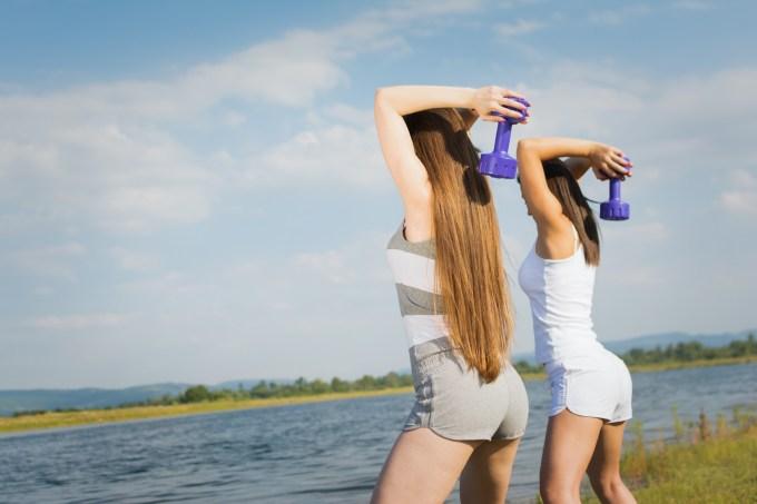 ダンベルフレンチプレスを行う女性たち