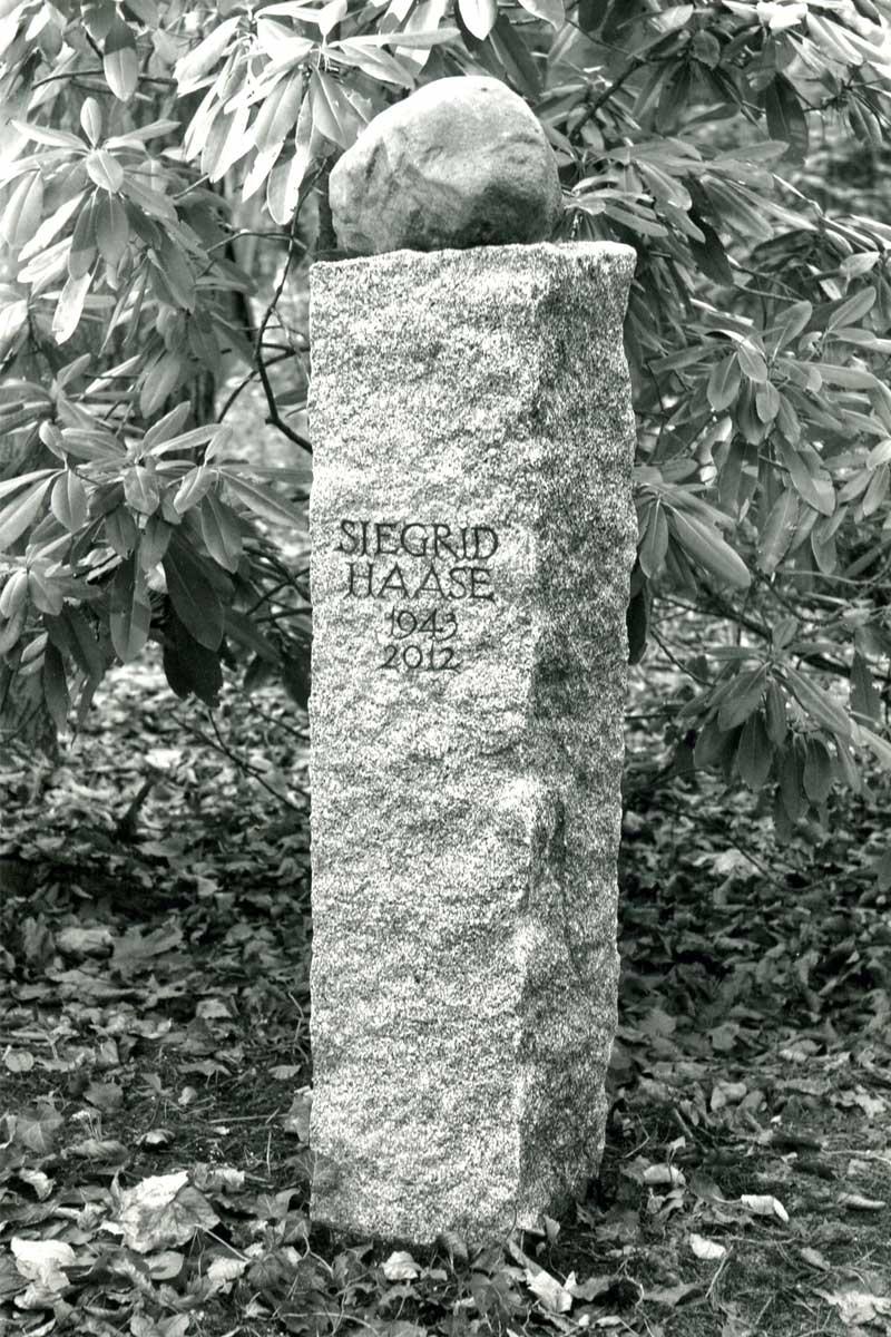 Grabstele für Siegrid Haase, Südwest Kirchhof Stahnsdorf, entworfen und gestaltet von Maximilian Klinge
