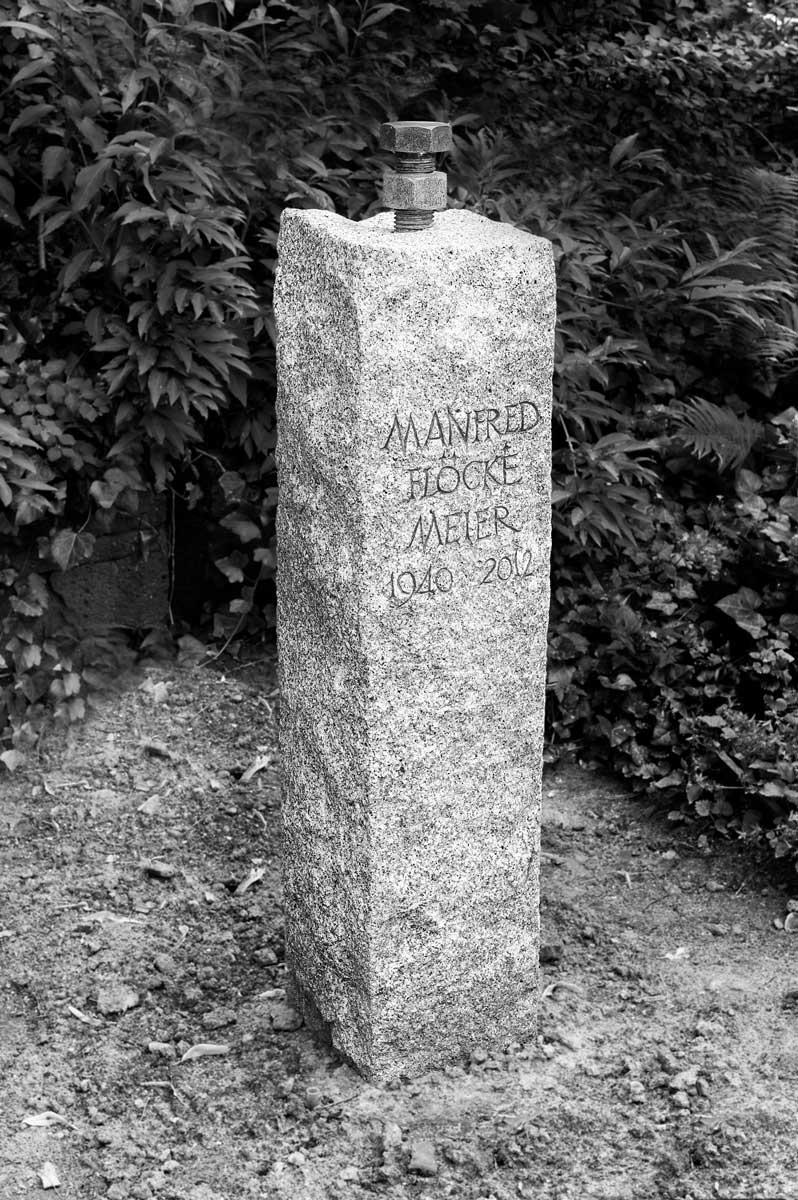 Grabstele für Manfred Flöckemeier, Friedhof Berlin-Schmargendorf, entworfen und gestaltet von Maximilian Klinge