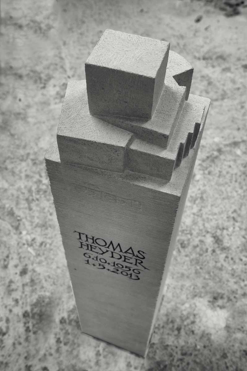 Grabstele für Thomas Heyder, Waldfriedhof in Ratingen, entworfen und gestaltet von Maximilian Klinge
