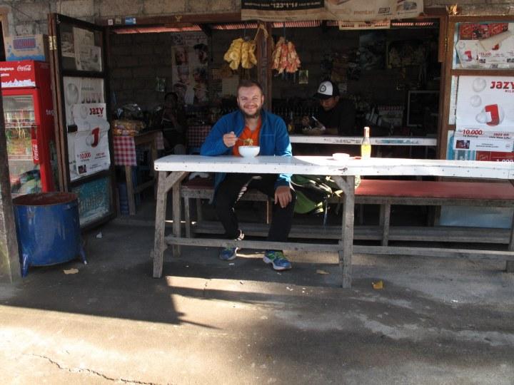 Праздничный завтрак. Лапша за 15 000 ($1,12) + 5 000 ($0,37) фотографу на чай . Люблю питаться в подобных местах в Азии  =)