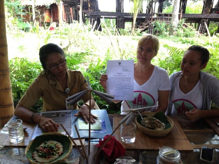 Эльфира Виджсен (Elfira WijXXX), мама Мелати, держит письмо, которое власти Бали разошлют владельцам магазинов, о предстоящем запрете пластиковых пакетов.