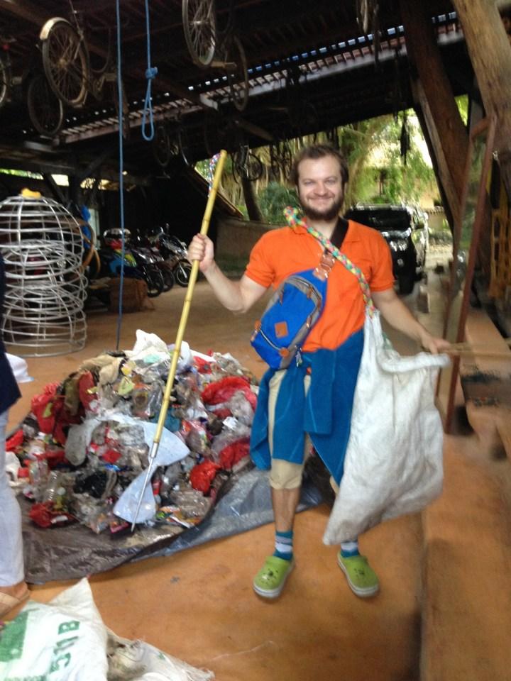 Оружие уборщика: бамбуковое копьё, шипцы и торба с красивым плетёным ремнём. Под конец тяжело было тащить мешок, хотя я заполнил его примерно на треть.