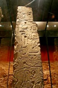 figura 06 Obelisco tello detalle 1 Mandibula y dientes de caiman