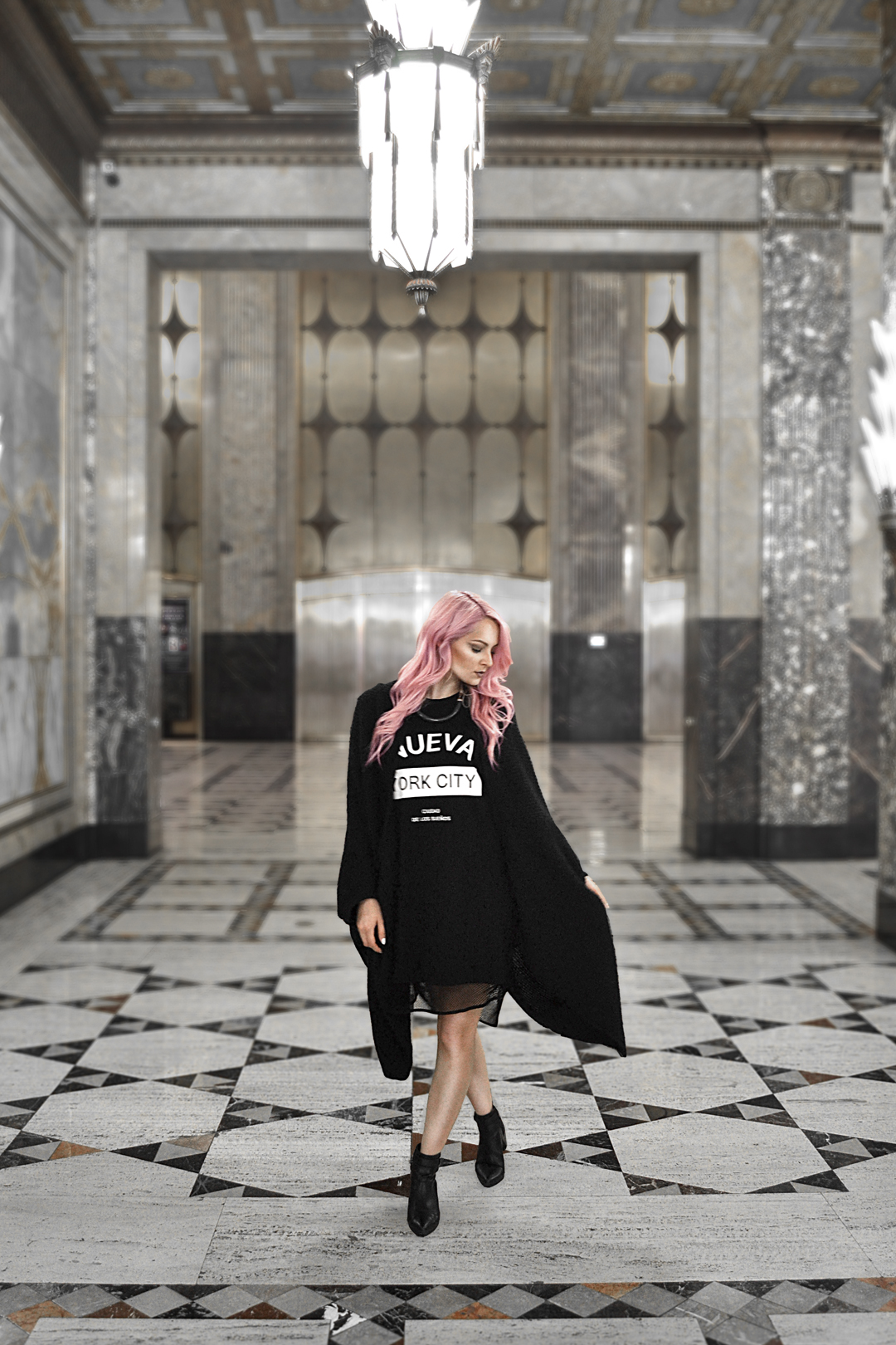 I love quick and easy outfits that are stylish too! Try this simple all black street fashion outfit for a look that is effortlessly cool.