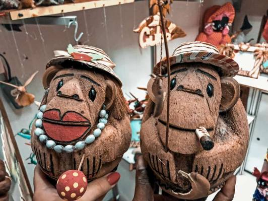 Coco-changos en el Mercado de las Artesanías. La Habana, Cuba