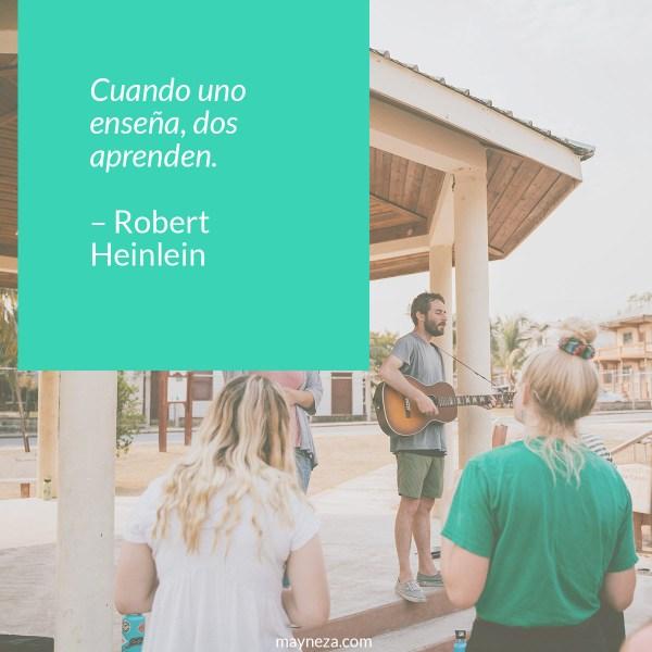 frases de motivacion para estudiantes Cuando uno enseña, dos aprenden. – Robert Heinlein