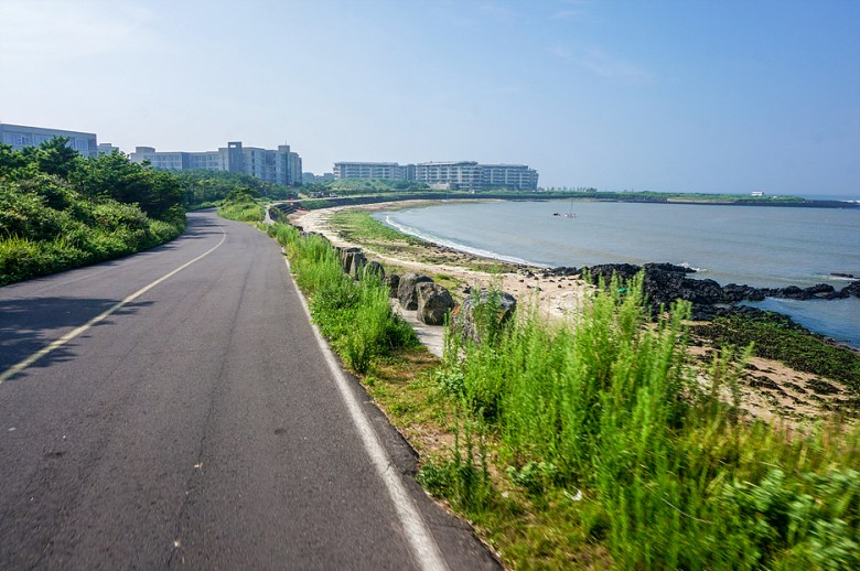 The blue sea of Jeju Island walking along the street_Seopjikoji