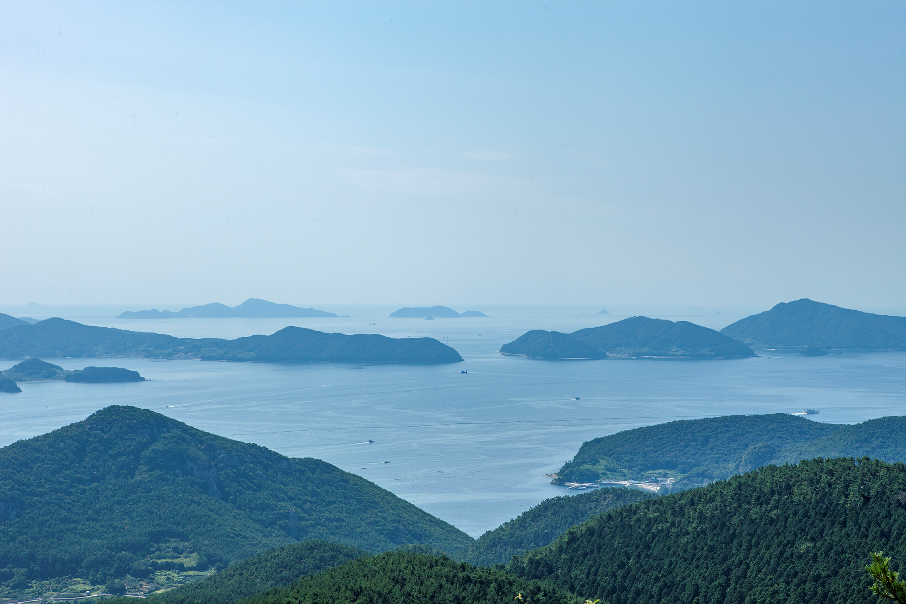 Mt. Mireuk, a towering mountain in the middle of Tongyeong City, is one of the 100 most famous mountains at 461 meters above sea level