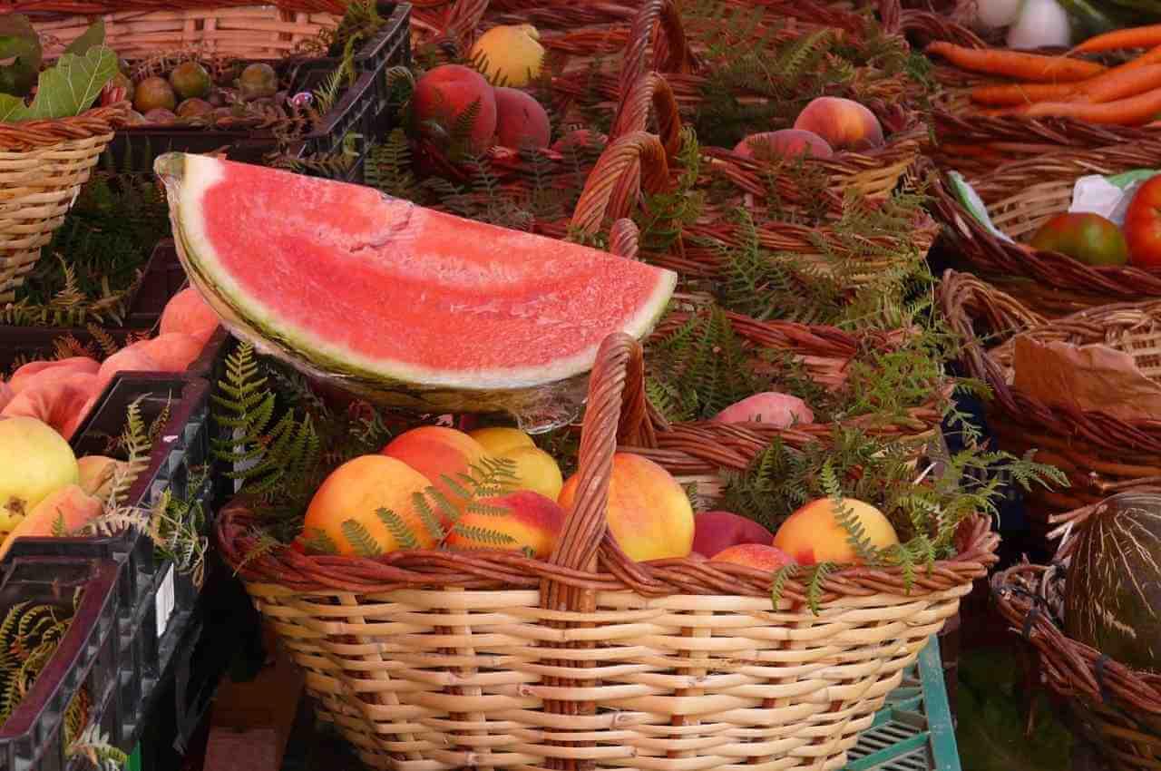 canasta con frutas hidratantes