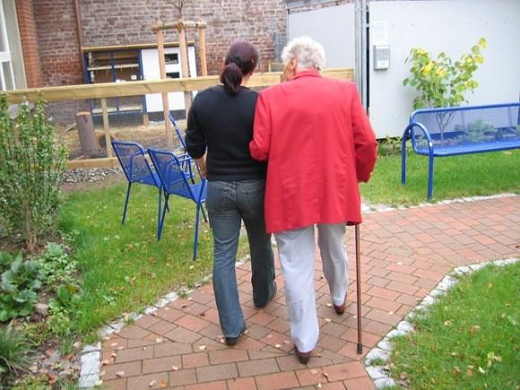 actividades para personas mayores en casa - paseos