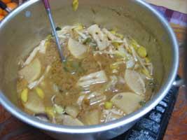 卓上コンロに牡丹鍋を移して、皆さんでいただきます