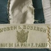 Griffe de robe. Griffe sur cordon de taille : Worth & Bobergh, 7 rue de la Paix, Paris. 1869. Galliera, musée de la Mode de la Ville de Paris.