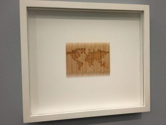 """""""À géométrie variable"""", 2012, Taysir Batniji, gravure laser sur 42 cure-dents ©️ Laure-Anne Ricaud"""