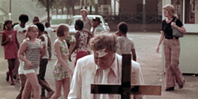 Le vieil homme (Lincoln Maazel) seul face à sa détresse dans The Amusement Park © Potemkine Films.
