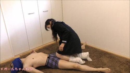 JKがパンツを見せつつM男に対し電気あんまプレイでひたすら精子を搾り取るエロ動画で足コキや膝コキでイカせまくる