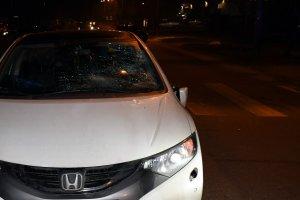 samochód osobowy z rozbitą szybą, w tle przejście dla pieszych