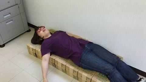 【竹】消火器の外箱を並べたベッド